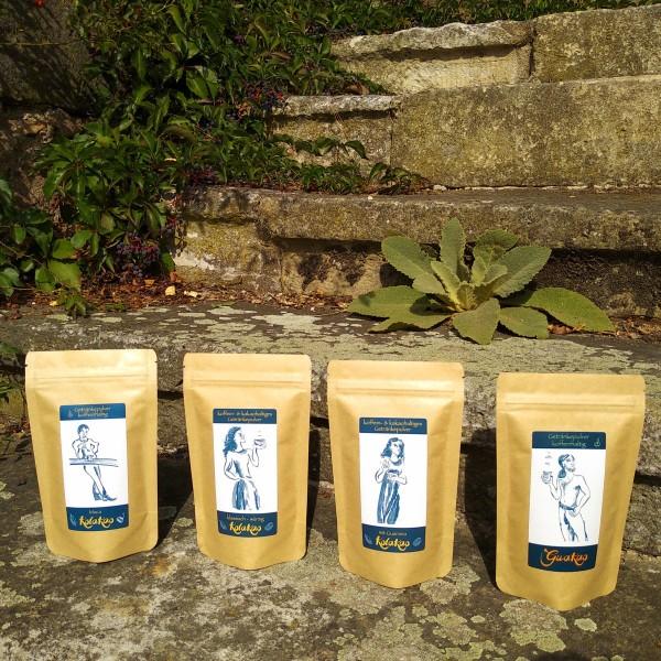 Starterset 4 x 100g Koffein-Kakao: KolaKao und GuaKao auf den Stufen der Weinterrasse von Schloß Batzdorf.