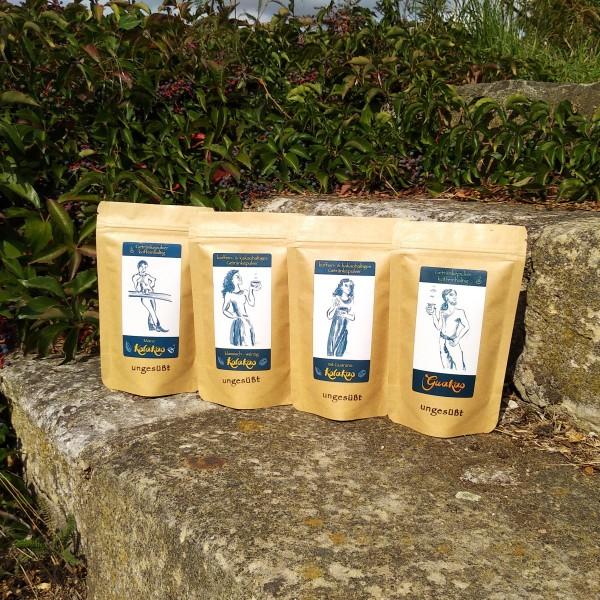 Starterset 4 x 80g Koffein-Kakao ungesüßt: KolaKao und GuaKao auf den Stufen der Weinterrasse von Schloß Batzdorf.